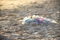 Rackar ner p? det milj?- problemet f?r avskr?de av plast- f?rorening i havet arkivbilder