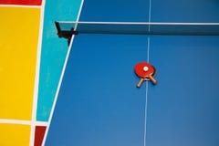 racket en bal die op wit wordt geïsoleerde Stock Afbeeldingen