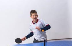 racket en bal die op wit wordt geïsoleerde Stock Fotografie