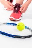Racket en de close-up van de tennisbal op wit Royalty-vrije Stock Afbeelding