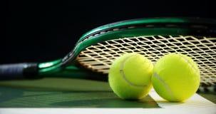 Racket en tennisballen op gras 4k