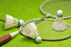 Racket och fjäderbollar för badminton Arkivbilder