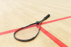 Racketballmateriaal op het hof stock afbeelding