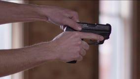 Racking dello scorrevole della pistola stock footage