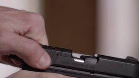 Racking dello scorrevole della pistola video d archivio