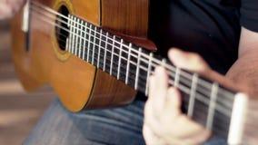 Raclement de guitare acoustique banque de vidéos