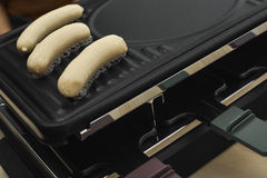 Raclette hoogste-lijst met worsten Stock Fotografie
