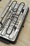 Raclette verwarmingssysteem op houten lijst Stock Afbeelding