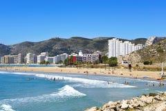 Raco海滩的日光浴者在库列拉角,西班牙 免版税库存照片