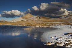 Racollo sjö i Abruzzo, Italien Arkivfoton