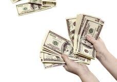 Racontage de cent billets d'un dollar dans les mains d'un enfant sur un whi Images stock
