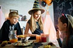 Raconter l'histoire effrayante de Halloween aux amis Photographie stock
