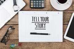 Racontez votre histoire sur le carnet sur le bureau avec le technol d'ordinateur Image libre de droits