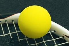 Racquetball auf Schlägerschnüren Gelber frontenis Ball, der auf r legt stockbild