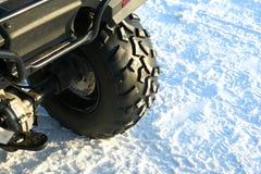 Rad über dem Schnee Stockfotos