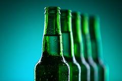 Rad av ölflaskor Fotografering för Bildbyråer