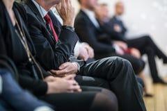 Rad av affärsfolk som sitter på seminariet Arkivfoton