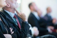 Rad av affärsfolk som sitter på seminariet arkivfoto