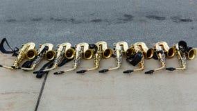 Rad av alt- saxofoner på trottoaren som väntar på deras ritt Fotografering för Bildbyråer