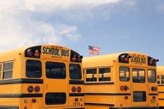 Rad av amerikanska skolbussar, USA Arkivfoton