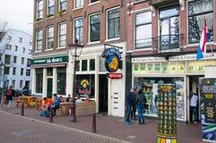 Rad av Amsterdam coffeeshops i ner stad Fotografering för Bildbyråer