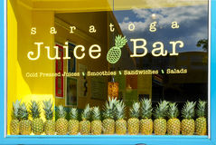 Rad av ananors i fönster royaltyfri foto