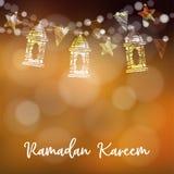 Rad av arabiska lyktor, flaggor och att blänka ljus och stjärnor Modern festlig dekorativ suddig vektorillustration Arkivfoton
