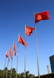 Rad av att flyga röda flaggor Royaltyfri Foto