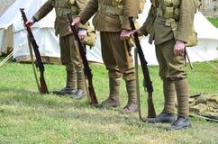 Rad av att stå för soldater Arkivbild
