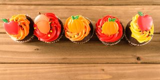 Rad av Autumn Decorated Cupcakes Royaltyfri Bild