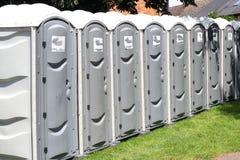 Rad av bärbara utvändiga toaletter. royaltyfria bilder