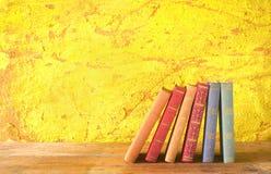 Rad av böcker Arkivbilder
