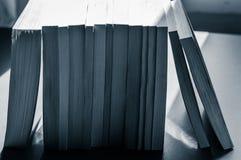 Rad av böcker i tonade svartvita blått Arkivfoton