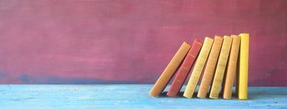 Rad av böcker, panorama, Royaltyfri Foto