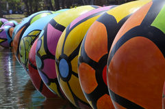 Rad av ballonger som svävar i den Los Angeles Macarthur Parken Royaltyfria Bilder