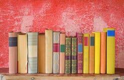 Rad av böcker Arkivbild