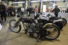 Rad av beställnings- motorcyklar arkivfoton