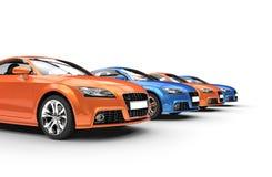 Rad av blåa och orange bilar Royaltyfri Fotografi