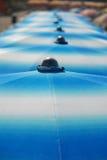 Rad av blåa strandparaplyer Royaltyfria Foton