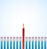 Rad av blåttblyertspennor med ett utvalt rött Arkivfoton