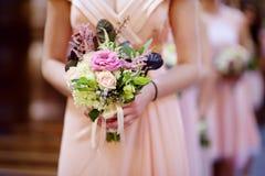 Rad av brudtärnor med buketter på bröllop Royaltyfria Foton