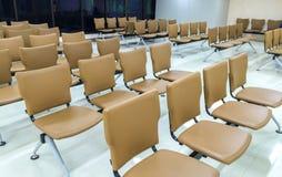 Rad av brun läderstol i den stora lyxiga mötesrummet Royaltyfria Foton