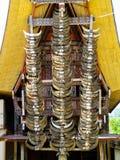 Rad av buffelhorn i ett traditionellt Torajan hus arkivbild