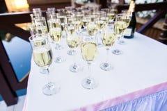 Rad av champagneexponeringsglas Royaltyfria Bilder