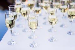 Rad av champagneexponeringsglas Arkivfoton