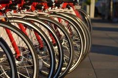 Rad av cykelhjul, billyktor royaltyfri fotografi
