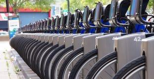 Rad av cykeln som delar cyklar på en gata i New York City fotografering för bildbyråer