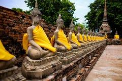 Rad av den buddha statyn i Wat yai chaimongkhon, Ayutthaya landskap, Thailand offentlig tempel Fotografering för Bildbyråer