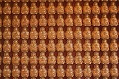 Rad av den guld- Buddhabilden royaltyfri foto