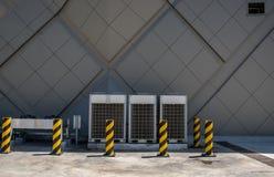 Rad av den kommersiella HVAC-luftkonditioneringsapparaten utanför kondensator royaltyfri bild